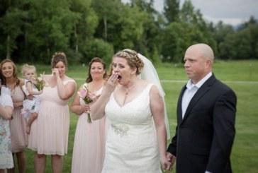 Il giorno del suo matrimonio lascia una sedia vuota in memoria del figlio morto, poi ad un certo punto la sorpresa!