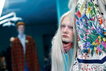 Milano fashion week: inquietanti i modelli Gucci che sfilano con la loro testa tra le mani