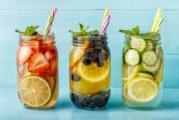 Come preparare l'acqua detox aromatizzata con zero calorie
