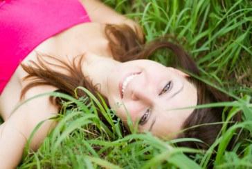 Pelle grassa e fronte lucida? Ecco come contrastare il problema